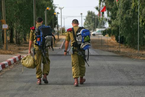 """חיילים חוזרים חופשה צה""""ל קורונה, צילום: שאטרסטוק"""