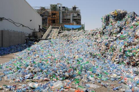 מפעל למיחזור בקבוקי פלסטיק , צילום: ישראל יוסף