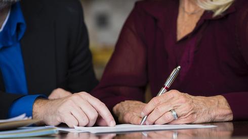 נישאה שמונה ימים לפני מות הבעל בן ה־89 וירשה את כל רכושו