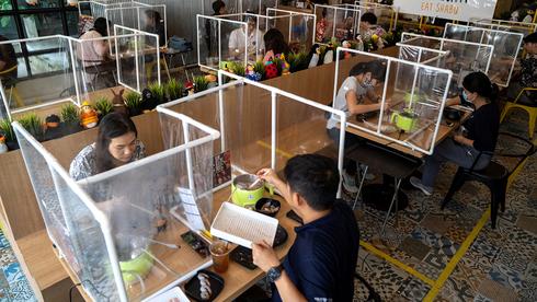 ריחוק חברתי במסעדה בתאילנד בשנת 2020, צילום: רויטרס