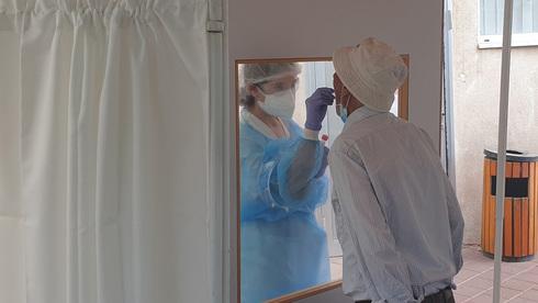 בדיקת קורונה בבית חולים אסף הרופא, צילום: אבי מועלם