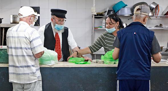 עוני עניים חלוקת מזון לנזקקים מותת יד ביד ב לוד, צילום: דנה קופל