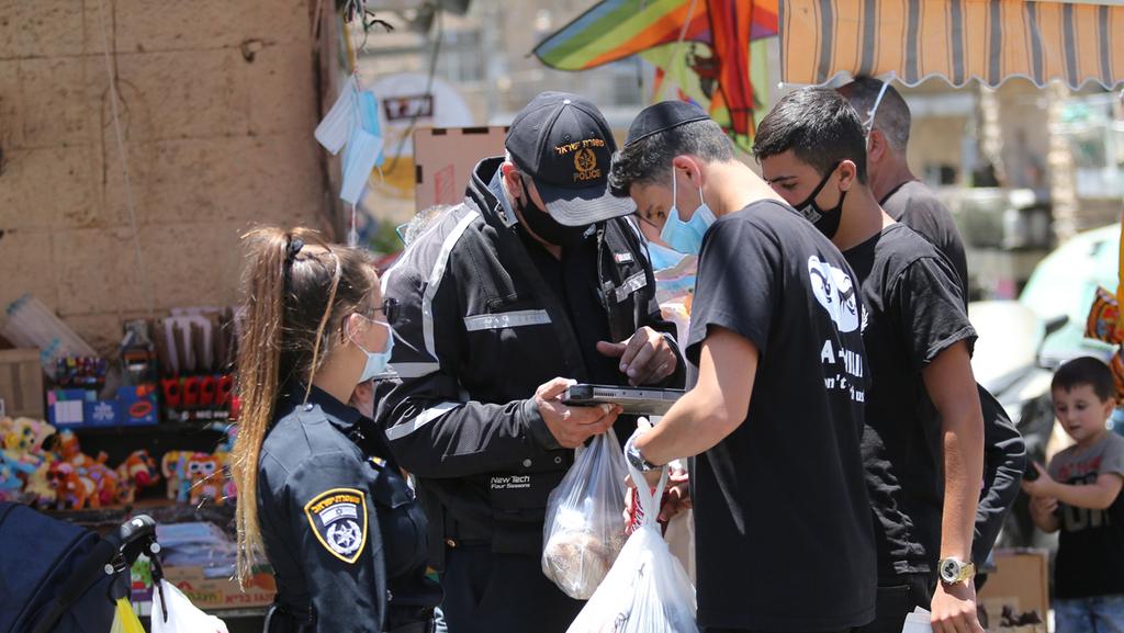פקחים מטילים קנסות , צילום: אלכס קולומויסקי