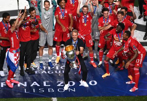 המאמן האנזי פליק מניף גביע עם באיירן מינכן. לא ימשיך בקבוצה , צילום: רויטרס
