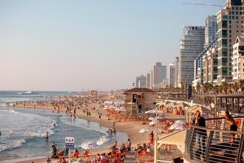 הטיילת וחוף הים בתל אביב, צילום: בלומברג
