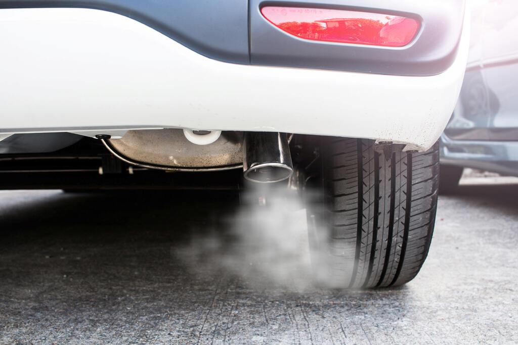 אגזוז של רכב עם עשן זיהום
