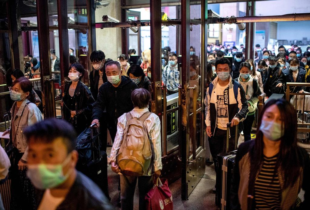 נוסעים ב תחנת הרכבת ב בייג'ינג סין