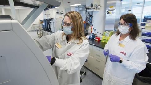 מדעניות במעבדה של חברת אלי לילי, צילום: איי פי