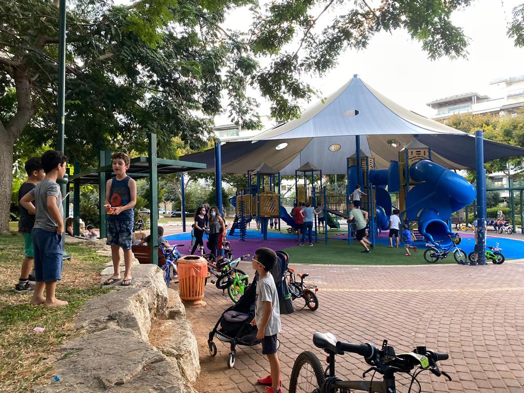 גינת שעשועים גינת משחקים גינה נס ציונה ילדים מסיכות הורים אופניים