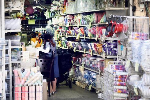 חנות של כלים חד פעמיים בירושלים, צילום: אלכס קולומויסקי
