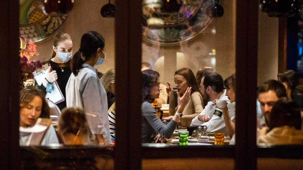 מסעדה מלאה ב מוסקבה רוסיה בימי הקורונה 15.10.20