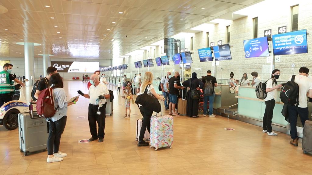 """נוסעים ב נמל התעופה בן גוריון נתב""""ג יוצא מהסגר"""