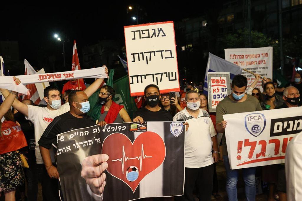 הפגנה מחאה כלכלית משבר כלכלי מפגינים עצמאיים עצמאים כיכר רבין תל אביב הדגלים הירוקים דגלים 2