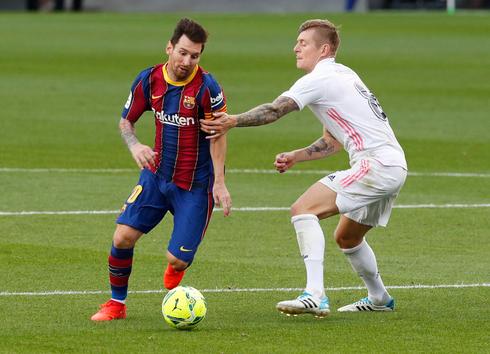 מסי מול טוני קרוס, במשחק של בארסה מול ריאל מדריד, צילום: רויטרס