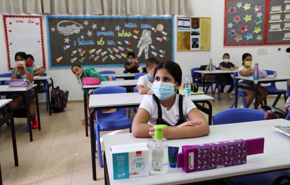 תלמידים מסכה בית ספר קורונה לימודים כיתה