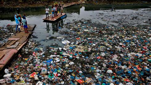 תעלה מוצפת פסולת פלסטיק במומבאי הודו, צילום: גטי אימג