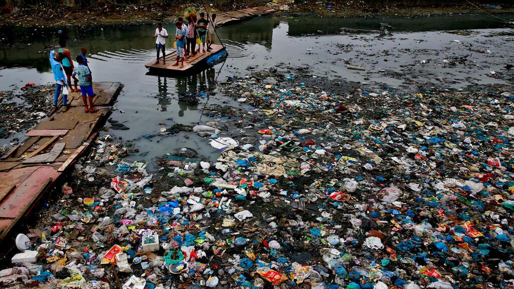 מוסף שבועי 5.11.20 תעלה מוצפת פסולת פלסטיק ב מומבאי הודו