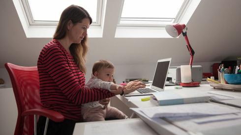 העבודה מהבית: 90% מהחברות סייעו בציוד; 7% בתשלומי בייביסיטר