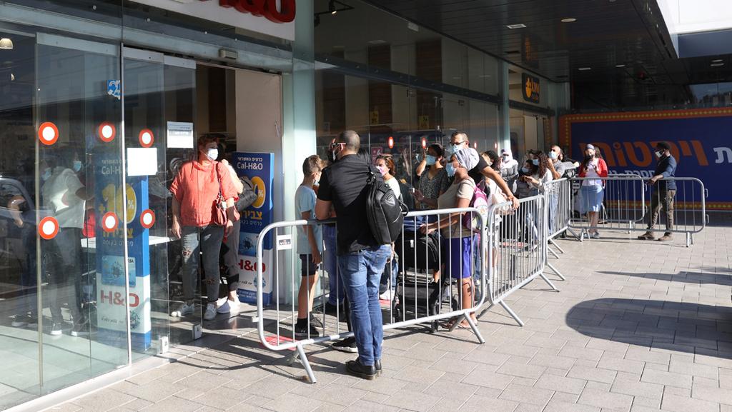 תורים תור בכניסה לחנויות ב במתחם ביג חיפה