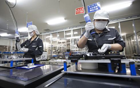 מפעל ייצור של פנסוניק ביפן. תנודות במניית טסלה, צילום: בלומברג
