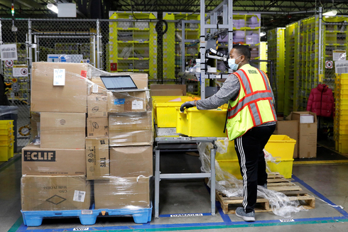 עובד של אמזון במחסן בניו יורק, צילום: רויטרס