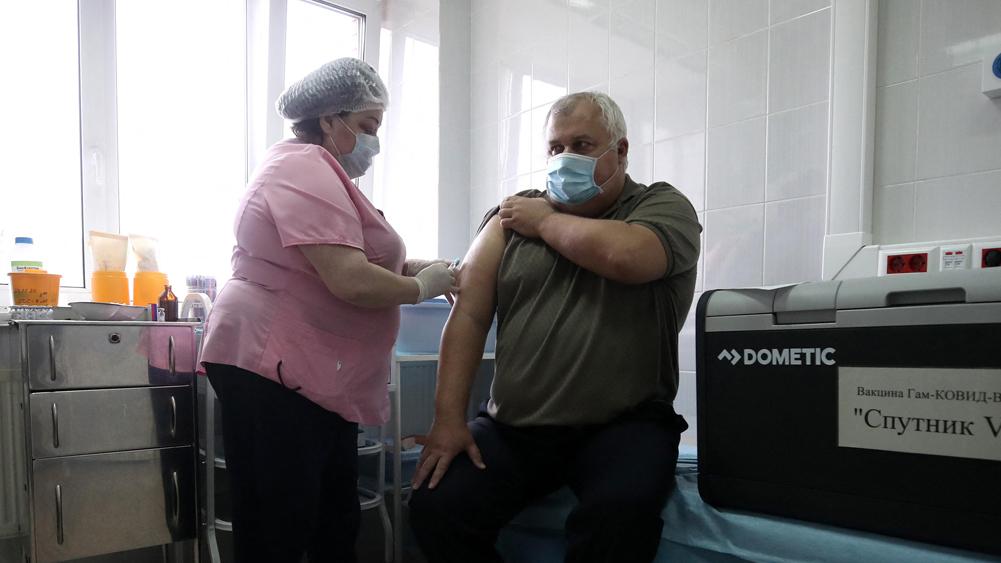 מתן חיסון ספוטניק נגד קורונה ב מוסקבה רוסיה