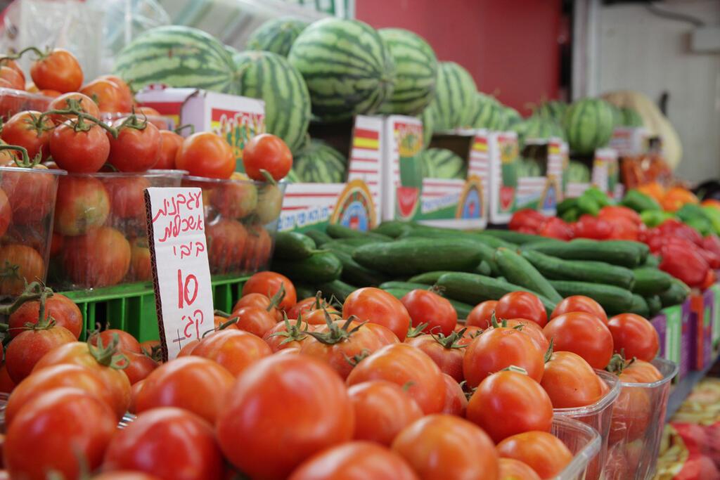 דוכן ירקות ו פירות בשוק הכרמל עגבניות מלפפונים