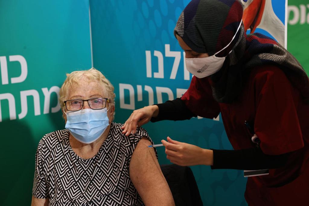 חיסונים מתחסנת ב חיסון קורונה תל אביב.