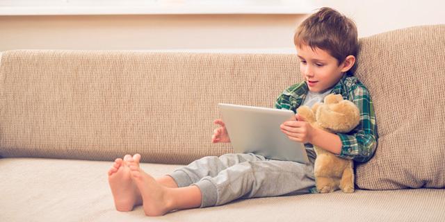 ילד רואה סרט יוטיוב טאבלט סגר קורונה