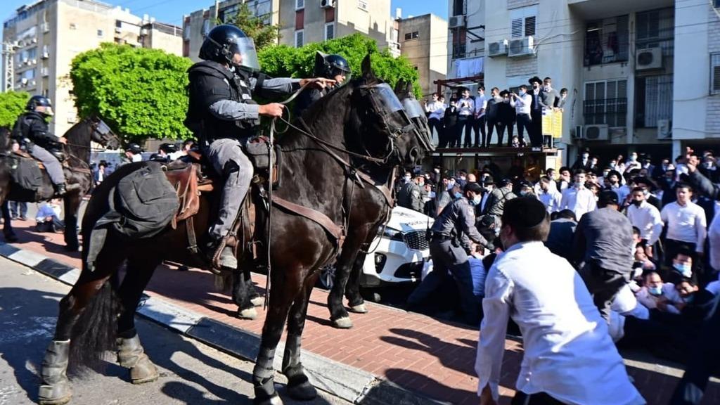 עימות בין שוטרים ל מפגינים חרדים ב אשדוד