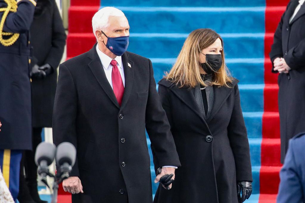 מייק פנס ורעייתו קארן מגיעים לטקס ההשבעה של ביידן