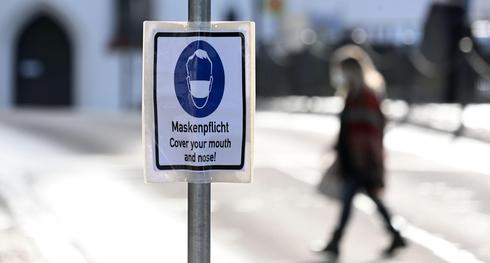 שלט שמחייב עטיית מסכות בעיר פירסטנפלדברוק בגרמניה , צילום: אי אף פי