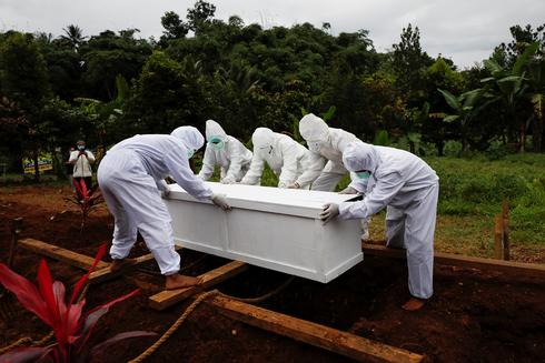 קורונה קוברים מתים קבורה אינדונזיה, צילום: רויטרס