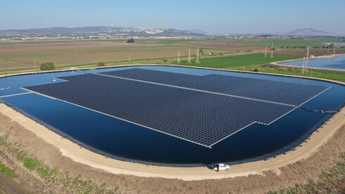 פרויקט סולארי צף של נופר אנרגיה בקיבוץ אלונים, צילום: אבי אריש