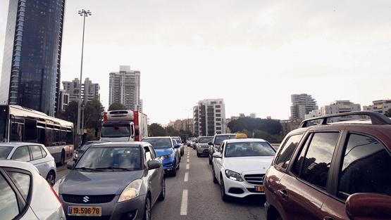 עומס פקק עומסי מכוניות בתל אביב