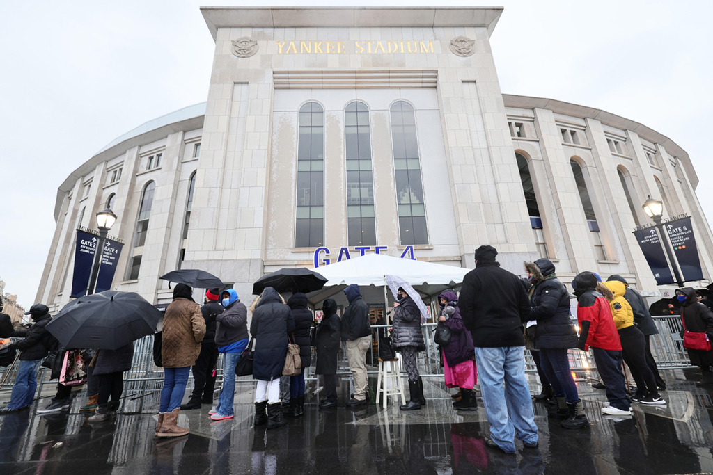 קורונה חיסון לקורונה אנשים עומדים בתור מחוץ ל יאנקי סטדיום ב ניו יורק שבו נפתח מתחם חיסונים