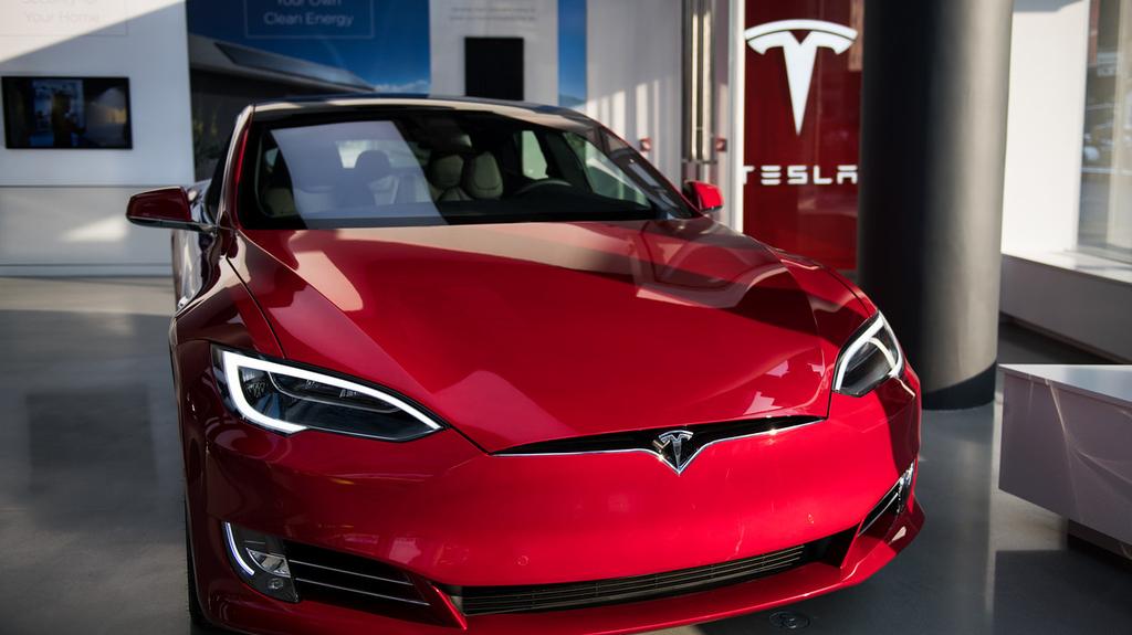 טסלה 3 אולם מכירות רכב חשמלי