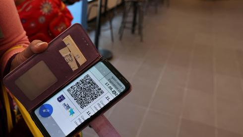 תושב נתניה מואשם במכירת תעודות מתחסן מזויפות בטיק-טוק