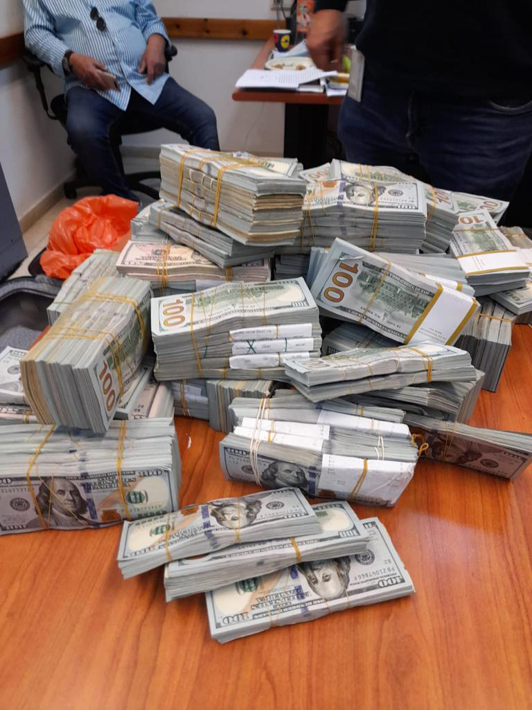 כסף שנמצא בכספת של איש העסקים הישראלי פטריק אלוני שנעצר בחשד שעקץ חברה אמריקאית 1