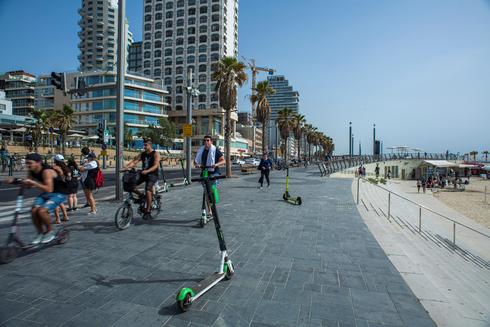 הטיילת בתל אביבL: שביל אופניים מופרד ומסודר ישנו, אך בהעדר אכיפה הטיילת היא סכנת מוות להולכים, צילום: יובל חן