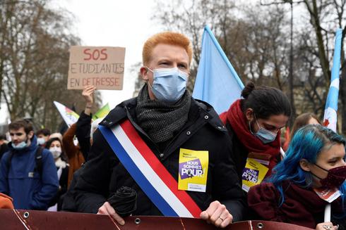 """הפגנה בפריז נגד מדיניות הקורונה והפסקת החל""""ת, בחודש שעבר, צילום: איי אף פי"""
