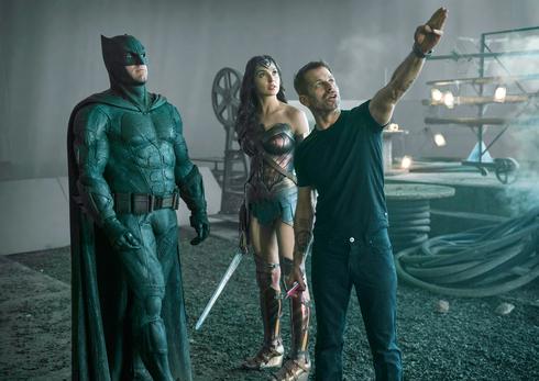 מימין הבמאי זאק סניידר גל גדות כ וונדר וומן ו בן אפלק כ באטמן על הסט של ליגת הצדק פנאי, צילום: איי פי
