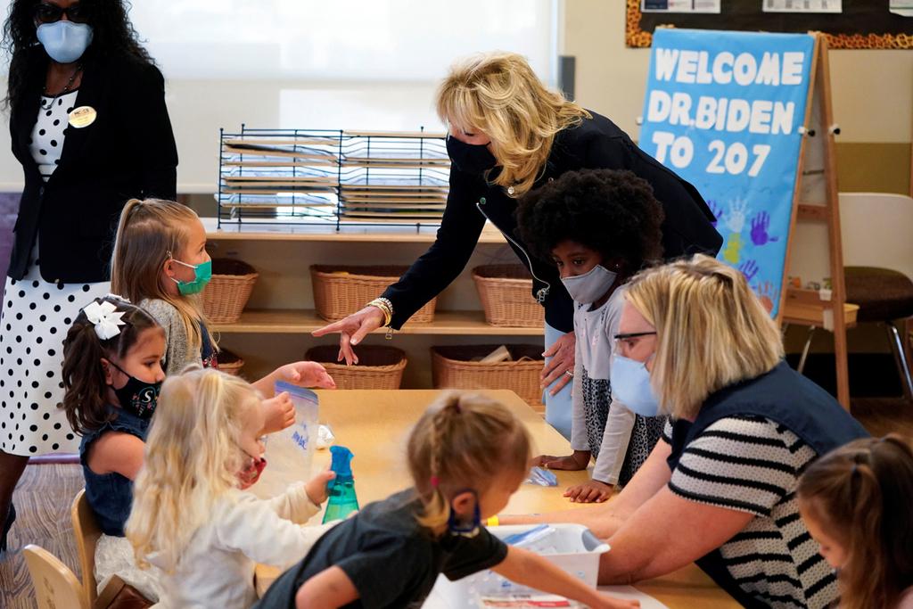 הגברת הראשונה ג'יל ביידן החודש ב בית ספר ב קליפורניה