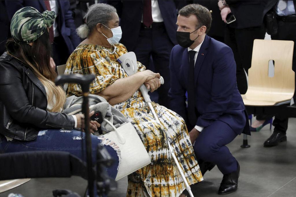 נשיא צרפת עמנואל מקרון במרכז חיסונים בצרפת