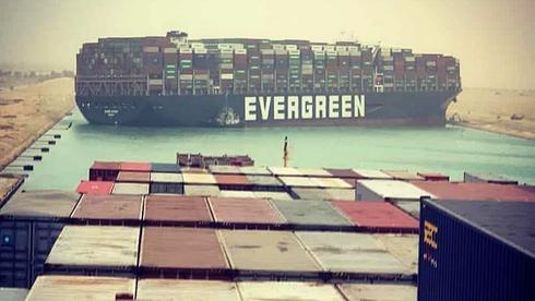 האנייה EVER GREEN תקועה בתעלת סואץ בחודש מרץ, צילום מסך: יוטיוב
