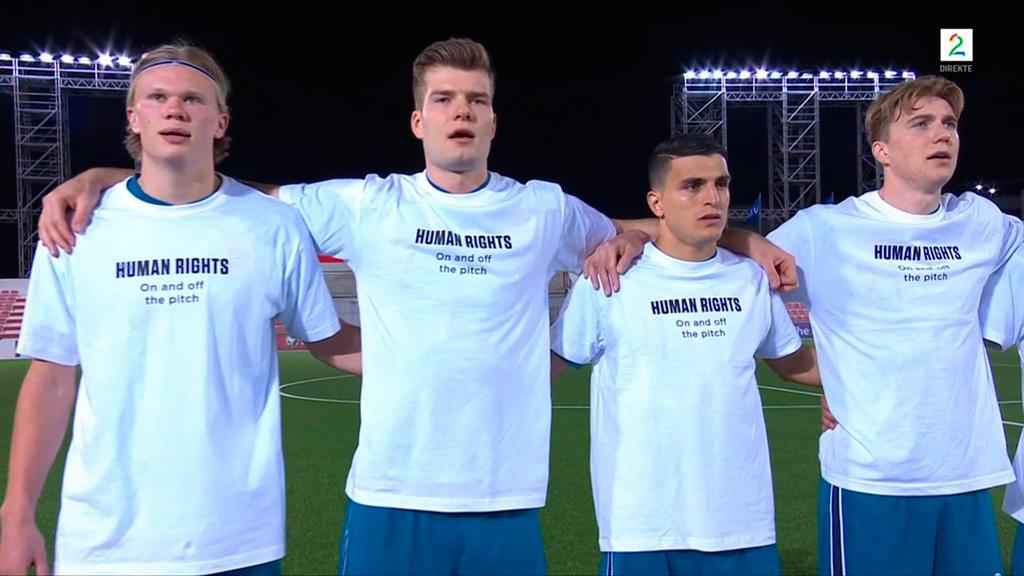 שחקני נבחרת נורבגיה עם החולצה והכיתוב נגד קטאר