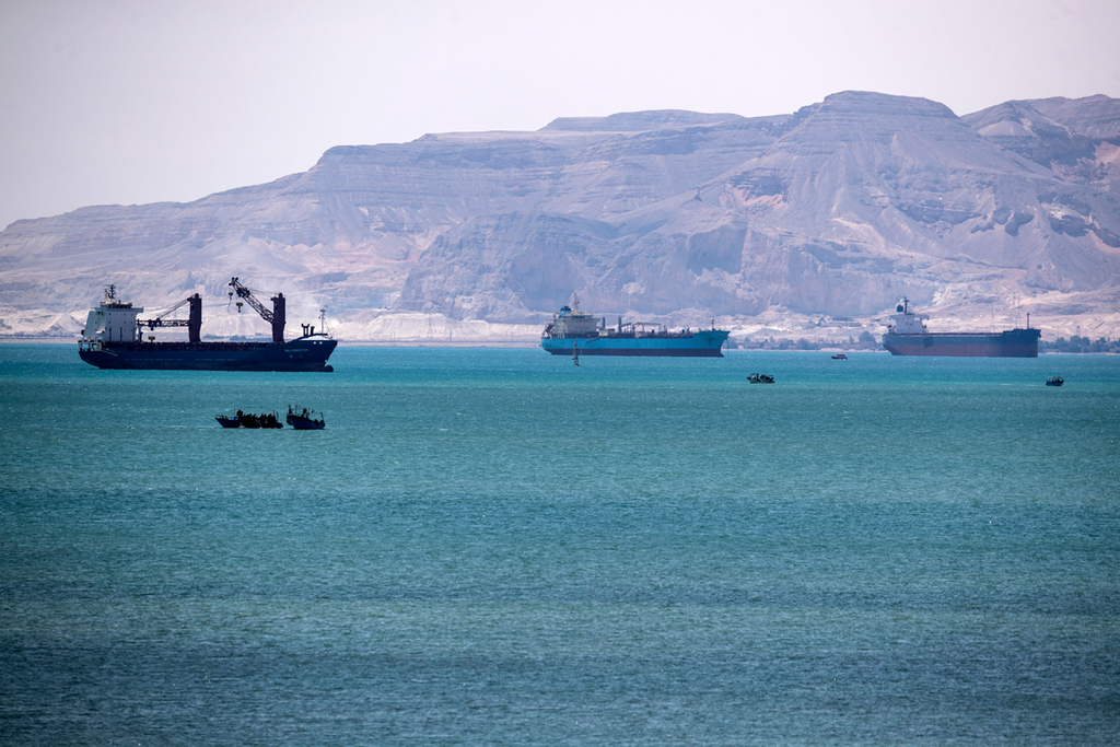 פקק של אוניות ב מפרץ סואץ לא יכולות  לעבור ב תעלת סואץ עקב האוניה Ever Given שנתקעה