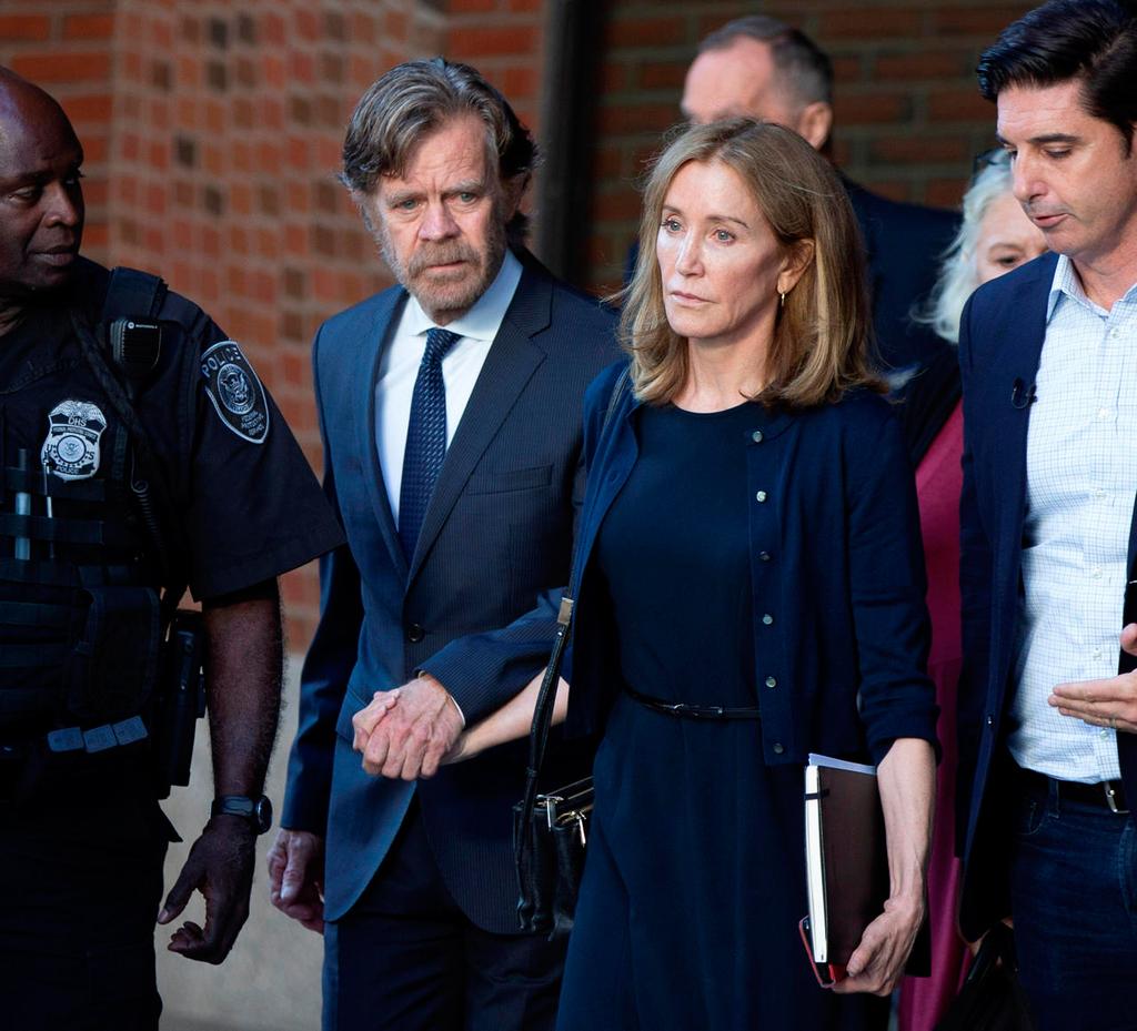 פנאי פליסיטי האפמן ו ויליאם מייסי בצאתם מבית משפט