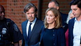פליסיטי האפמן וויליאם מייסי בצאתם מבית משפט, צילום: אי פי איי