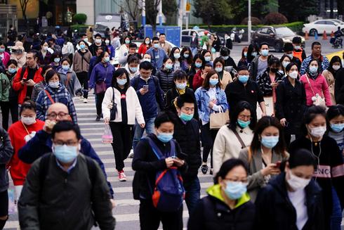 אתמול ברחוב בעיר שנגחאי סין, צילום: רויטרס